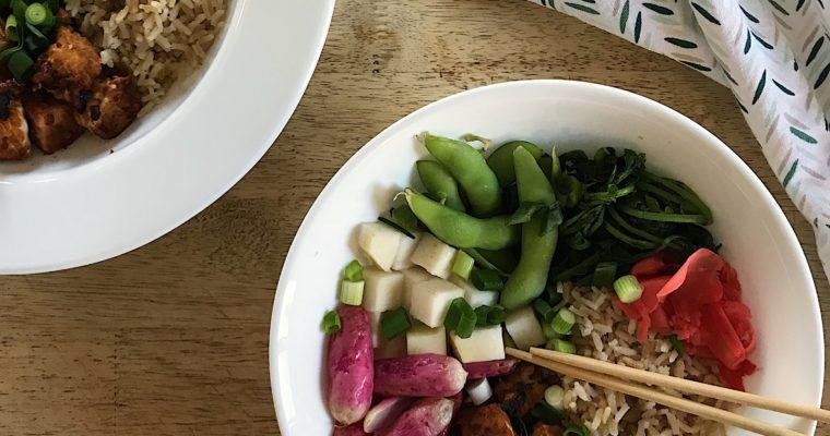 Bol au tempeh et aux légumes du marché
