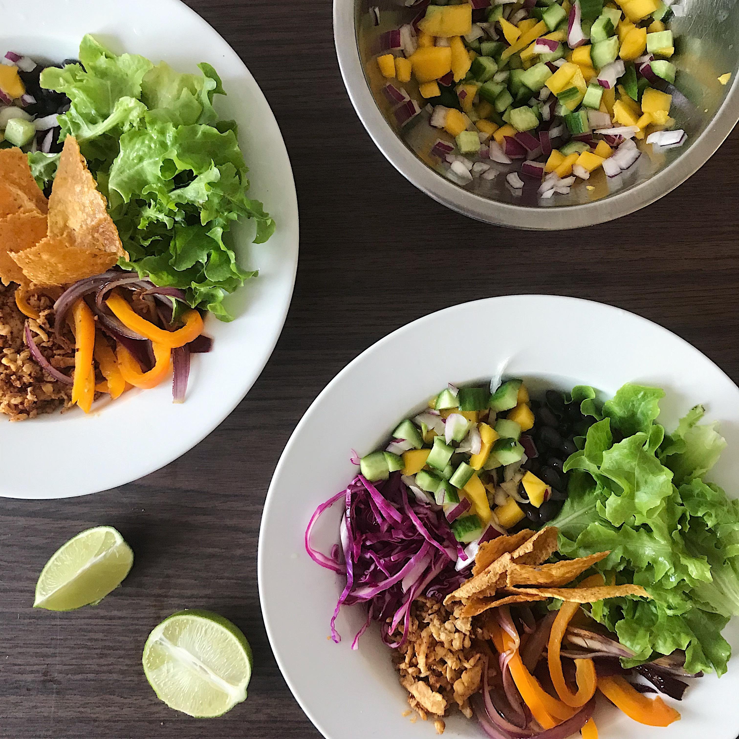 Bol-tacos au tempeh et salsa de mangue, concombre et avocat