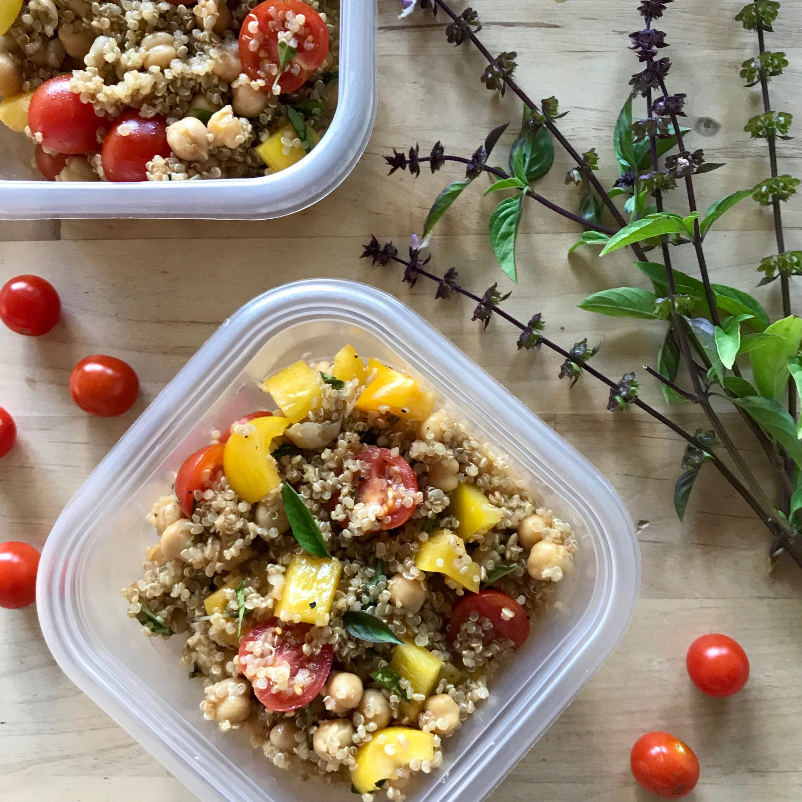 Salade de quinoa, pois chiches et tomates cerises