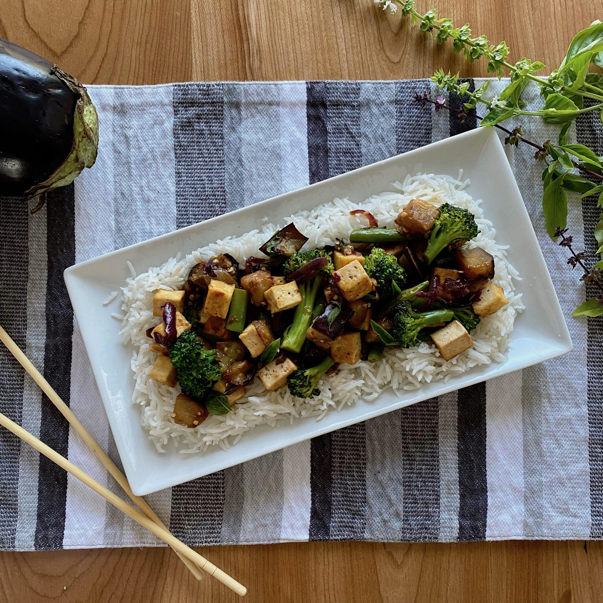 Sauté thaï au tofu, aubergine et basilic